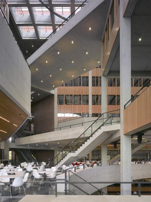 Atrium gezien vanuit het restaurant op de eerste verdieping
